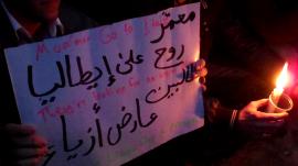 Foto dal blog mediaoriente di Donatella Ratta, dove si vede il cartello mostrato da un manifestante in un sit-in a Damasco. Il cartello dice: là stanno lavorando ad un progetto orribile ... li ti hanno prenotato una brutta modella
